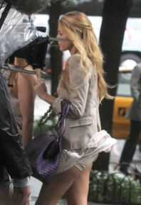 437929217_Blake_Lively_upskirt_on_the_set_of_Gossip_Girl_in_NYC_02_122_474lo