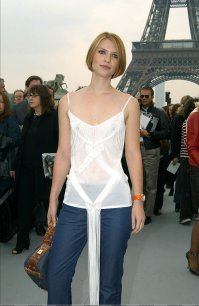 Claire_Danes_see_through_at_the_Eiffel_tower_01