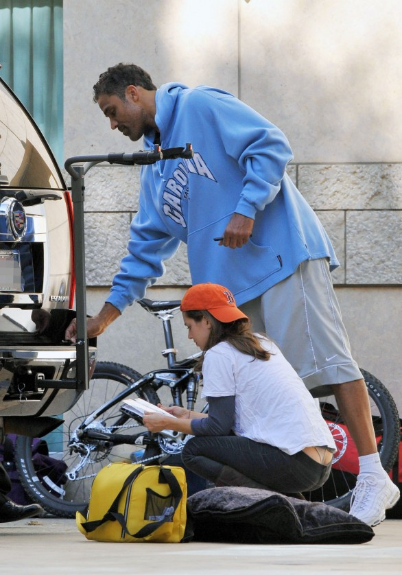 eliza_dushku_thong_slip-working_on_her_car_in_la_05