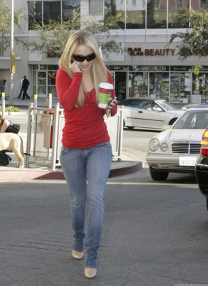 hayden_panettiere_buying_coffee_at_a-starbucks_09