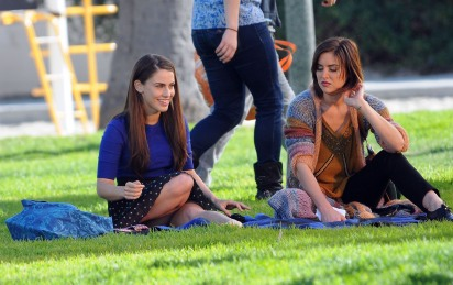 jessica_lowndes_upskirt_on_the_set_of_90210_01