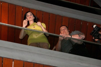 katy_perry_upskirt_at_her_hotel_balcony_in_rio_de_janeiro_09