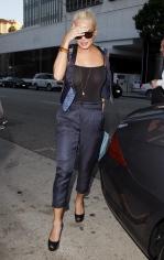 Lindsay_Lohan_at_Mr_Chows_restaurant_01