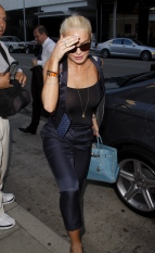 Lindsay_Lohan_at_Mr_Chows_restaurant_03