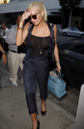 Lindsay_Lohan_at_Mr_Chows_restaurant_08