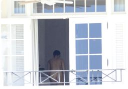 rihanna_chancing_bikinis_in_barbados_04