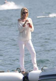 uma_thurman_ass_crack_on_a_boat_in_italy_01