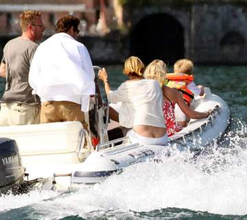 uma_thurman_ass_crack_on_a_boat_in_italy_02