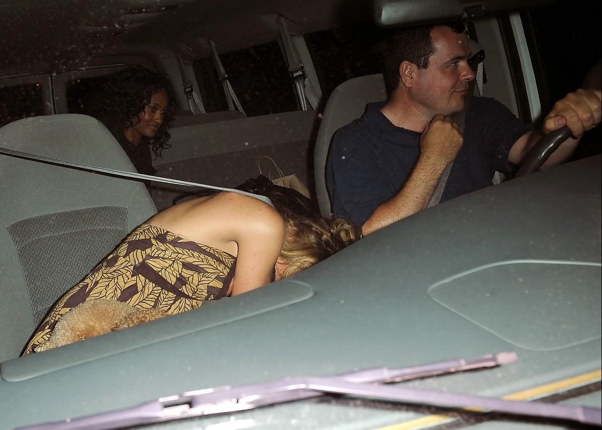 красавицу сняли на толпу в машине