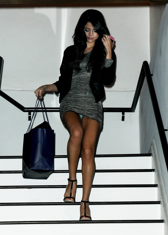 порно, девушка в мини юбке поднимается по лестнице смотреть парочка натужно