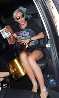 miley_cyrus_upskirt_arriving_at_bbc_radio_1_studios_in_london_07