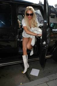 Lindsay_Lohan_goes_shopping_in_Hollywood_07