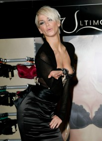 Sarah_Harding_opens_the_new_Ultimo_Shop_02