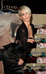 Sarah_Harding_opens_the_new_Ultimo_Shop_03