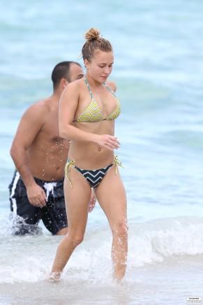 hayden_panettiere_bikini_candids_in_miami_beach_14