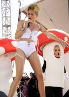 miley_cyrus_at_the_iheartradio_music_festival_in_las_vegas_32