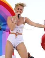 miley_cyrus_at_the_iheartradio_music_festival_in_las_vegas_63