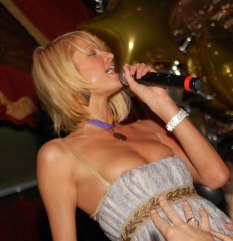 Paris_Hilton_parties_it_up_in_Boston_nightclub_02