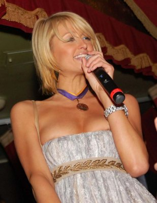 Paris_Hilton_parties_it_up_in_Boston_nightclub_05