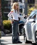Meg_Ryan_pumping_gas_in_Brentwood_01