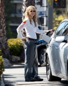 Meg_Ryan_pumping_gas_in_Brentwood_02