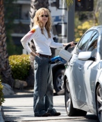 Meg_Ryan_pumping_gas_in_Brentwood_03