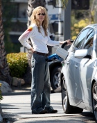 Meg_Ryan_pumping_gas_in_Brentwood_04