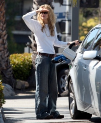 Meg_Ryan_pumping_gas_in_Brentwood_05