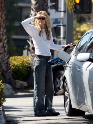 Meg_Ryan_pumping_gas_in_Brentwood_06