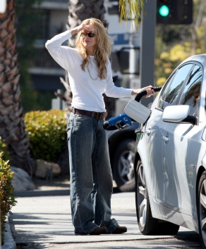 Meg_Ryan_pumping_gas_in_Brentwood_08