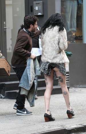 krysten_ritter_upskirt_on_the_set_of_asthma_in_nyc_07