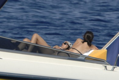 Monica_Bellucci_on_yacht_in_Ponza_01