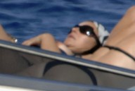 Monica_Bellucci_on_yacht_in_Ponza_02