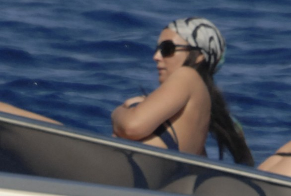 Monica_Bellucci_on_yacht_in_Ponza_03