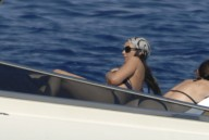 Monica_Bellucci_on_yacht_in_Ponza_04